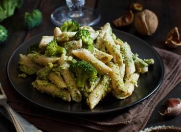 Makaron z kurczakiem z brokułami w sosie serowym