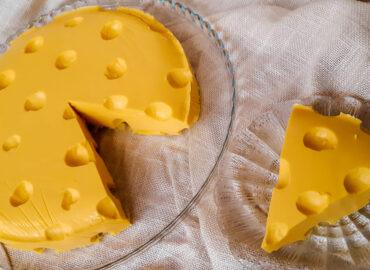 Sernik na zimno w kształcie żółtego sera
