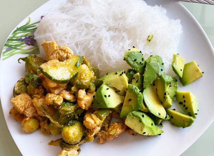 Makaron ryżowy z kurczakiem, cukinią i awokado