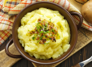Puree ziemniaczane z boczkiem i cebulą