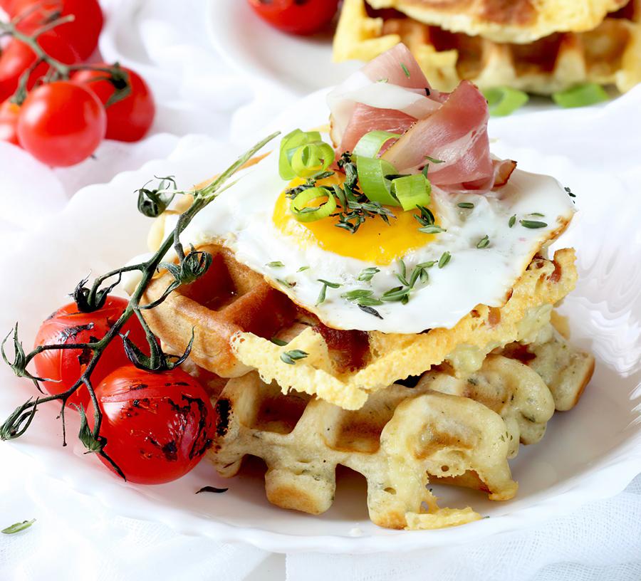 Serowe gofry z jajkiem sadzonym i szynką parmeńską